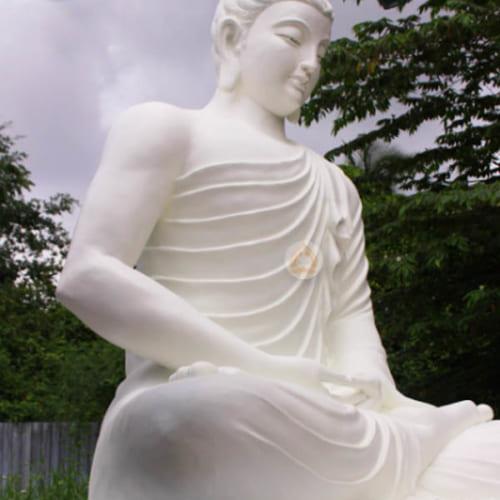 Phật Thích Ca Mâu Ni còn được gọi là Đức Phật là một người giác ngộ và là một đạo sư có thật sống ở thời kỳ Ấn Độ cổ đại. Tôn tượng Phật Bổn Sư Thích Ca Mâu Ni đẹp do trung tâm sáng tác mỹ thuật Phật Giáo tôn tạo.