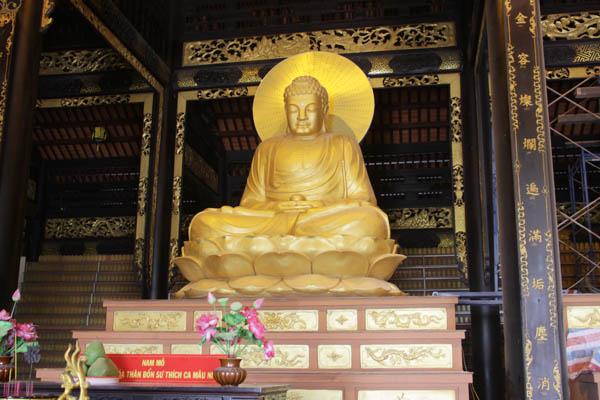 1 trong 3 tôn tượng Tam Bảo trước khi Buddhist Art tiến hành tôn tạo